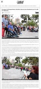 Un grupo de discapacitados reivindica mejoras para desplazarse por la calle sin obstáculos